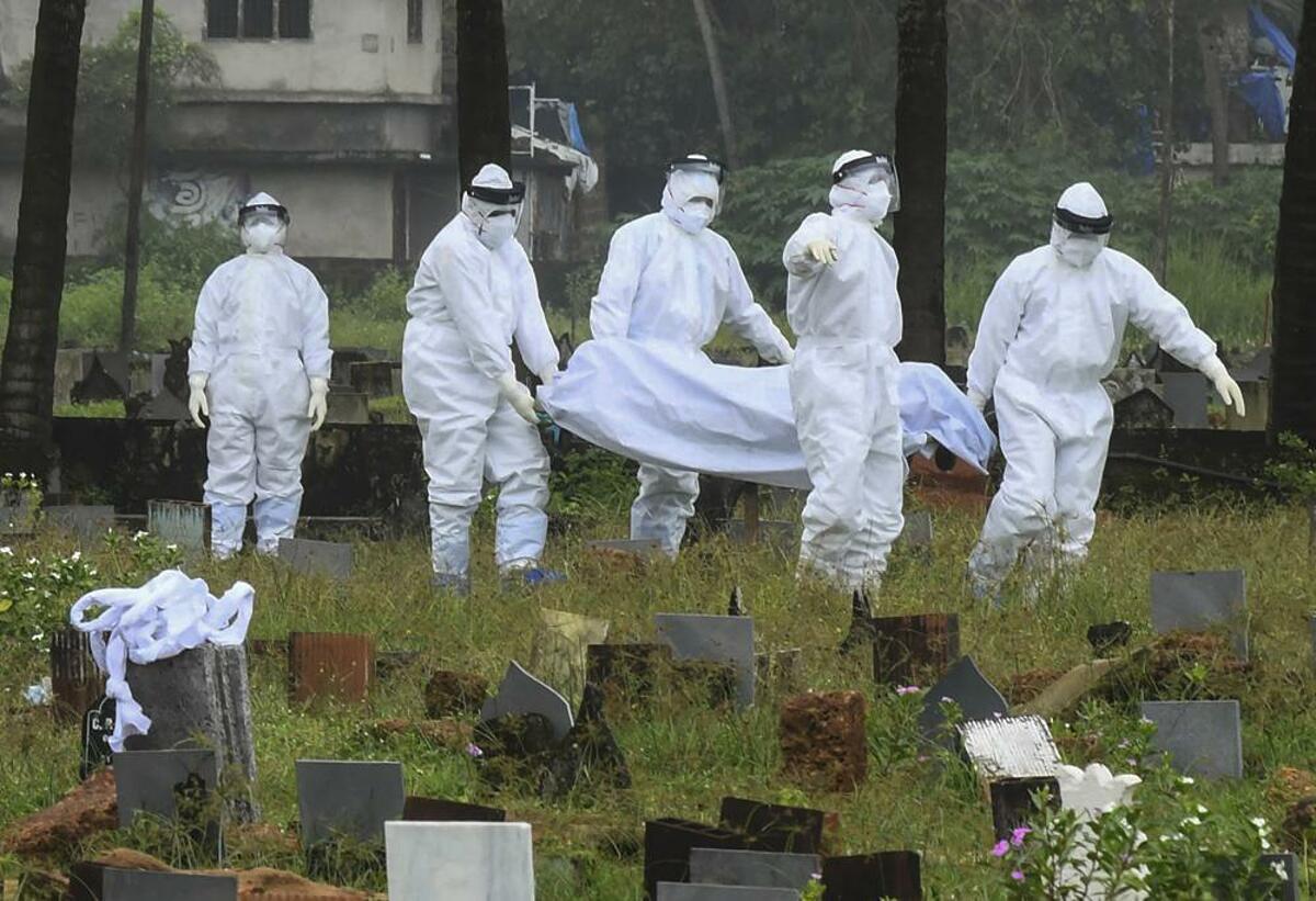 Nhân viên y tế chuẩn bị chôn thi thể của một bệnh nhân 12 tuổi tử vong vì virus Nipah ở Kozhikode, bang Kerala, Ấn Độ, ngày 5/9. Ảnh: AP