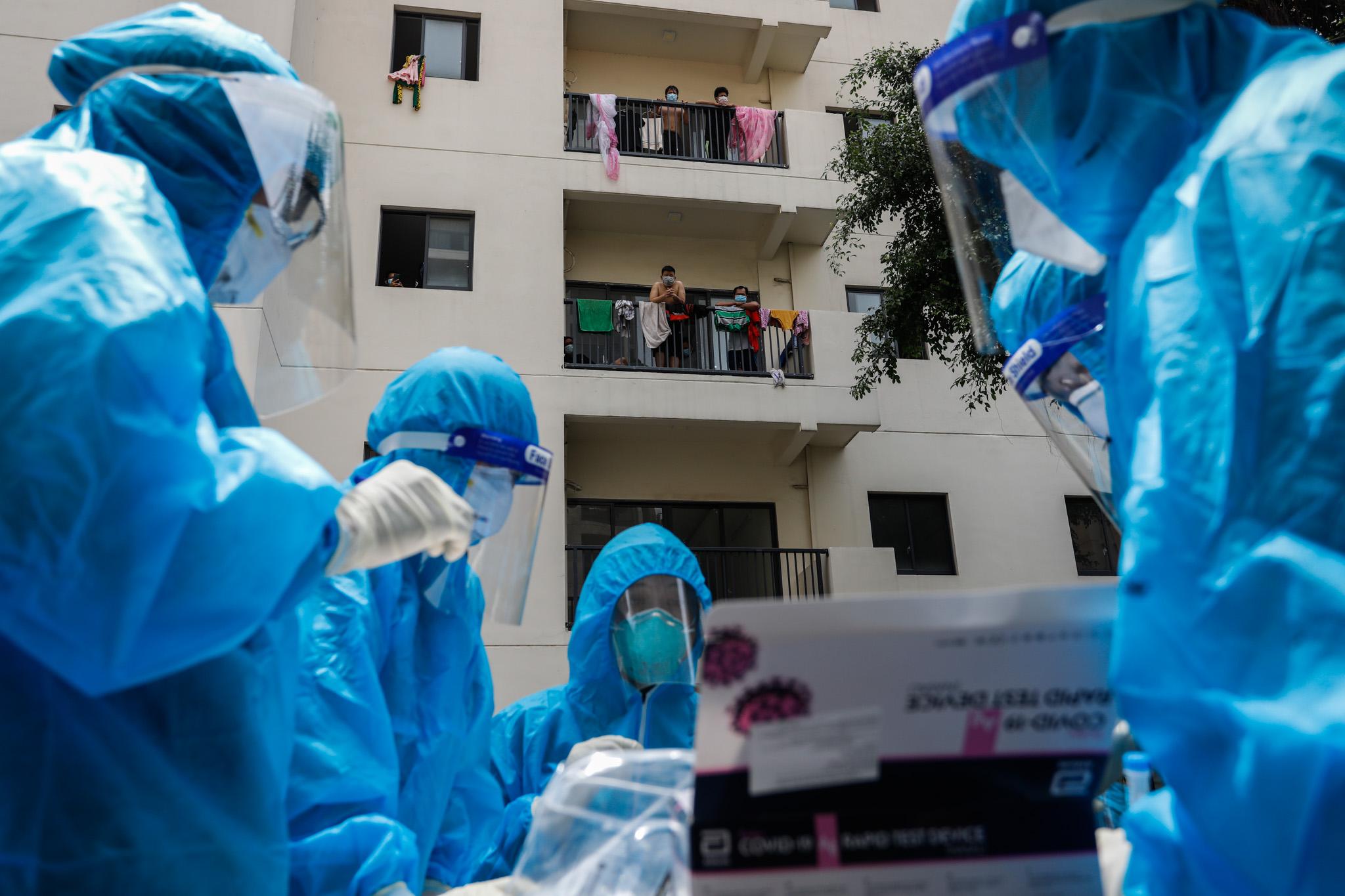 Y bác sĩ tại một bệnh viện dã chiến ở TP HCM. Ảnh: Hữu Khoa.