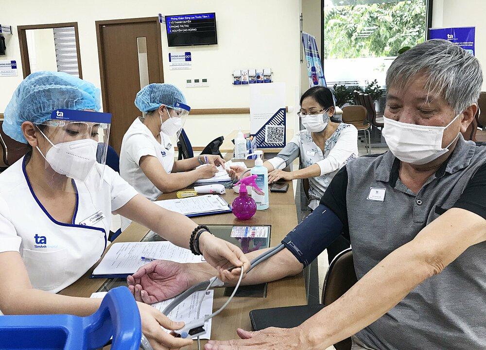 Người trên 65 tuổi; người có bệnh lý nền và phụ nữ mang thai từ 13 tuần trở lên được tiêm vaccine ngừa Covid-19 miễn phí tại Bệnh viện Đa khoa Tâm Anh TP HCM. Ảnh: Phong Lan