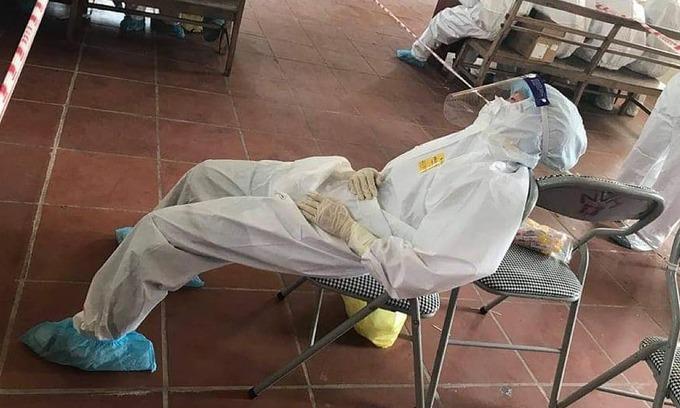 Một nhân viên y tế tại Bắc Giang kiệt sức khi tham gia công tác lấy mẫu xét nghiệm. Ảnh:Xuân Thắng