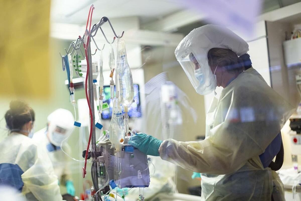 Nhân viên y tế điều trị cho bệnh nhân Covid-19 tại Trung tâm Y tế St. Lukes Boise, bang Idaho, Mỹ, ngày 31/8. Ảnh: AP