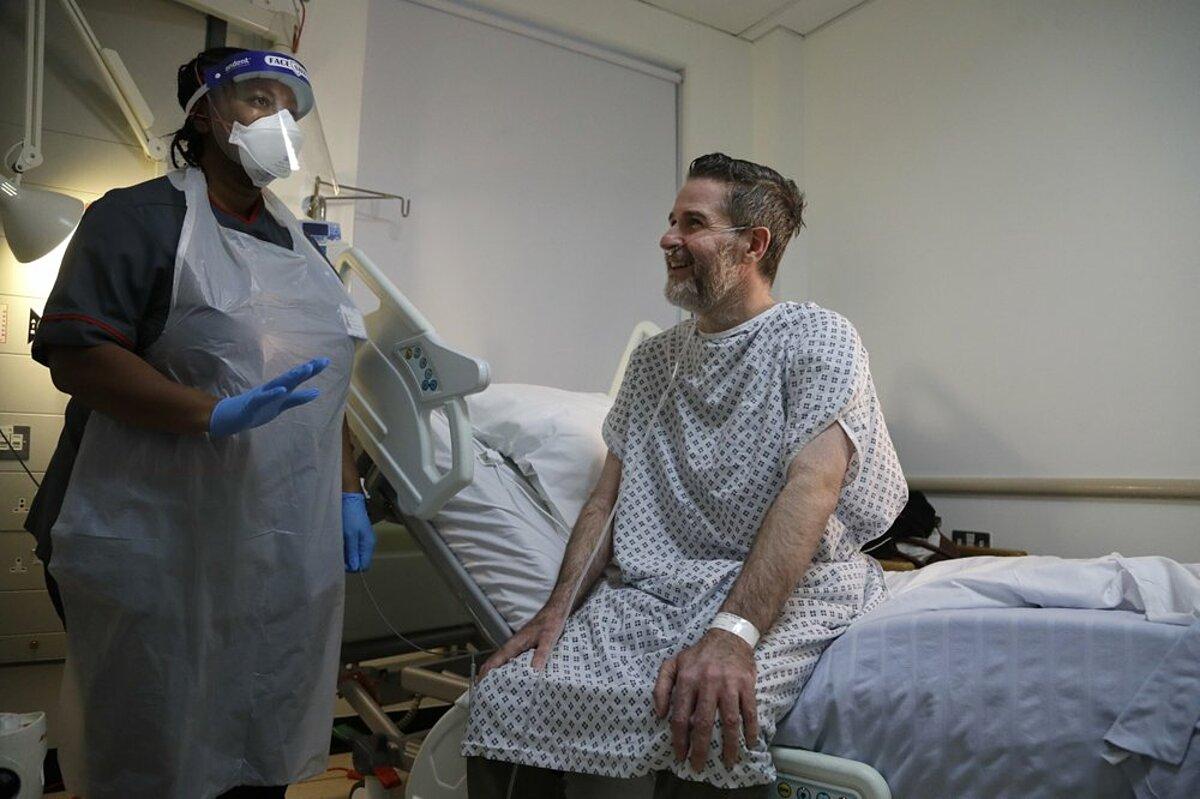 Nhân viên điều dưỡng và bệnh nhân Covid-19 đang hồi phục tại Bệnh viện Kings College ở London, ngày 27/1. Ảnh: AP