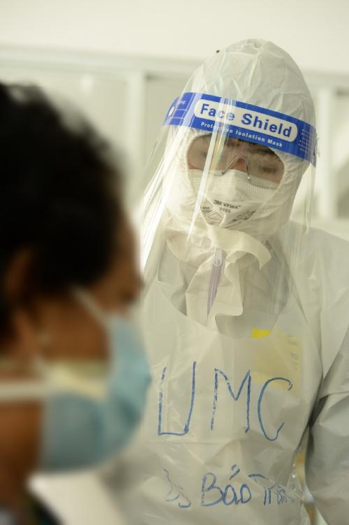 Bác sĩ Trân chăm sóc một bệnh nhân Covid-19 nặng cần thở oxy. Ảnh: Bác sĩ cung cấp