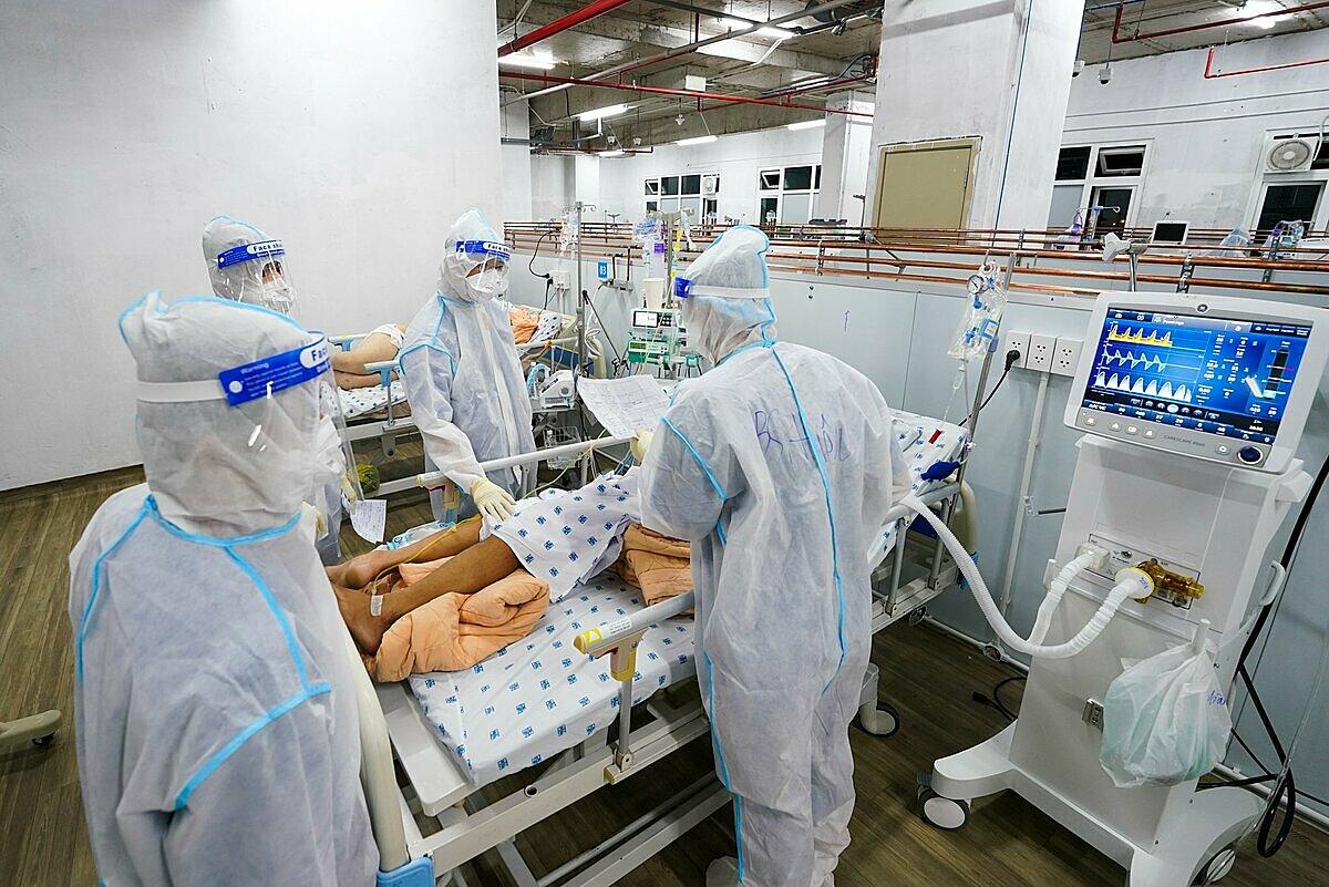 Các bác sĩ kiểm tra các thông số máy thở cho một ca vừa đặt xong nội khí quản. Ảnh: Bệnh viện cung cấp
