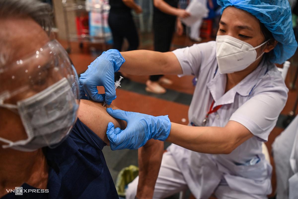 Hà Nội tiêm vaccine trong đêm. Ảnh: Giang Huy