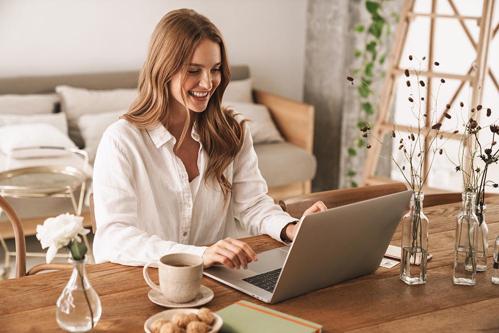 [Caption]Ngồi thẳng lưng và cổ tay duỗi thẳng khi gõ bàn phím giúp tránh đau mỏi cột sống và ống cổ tay (Ảnh: Shutterstock)