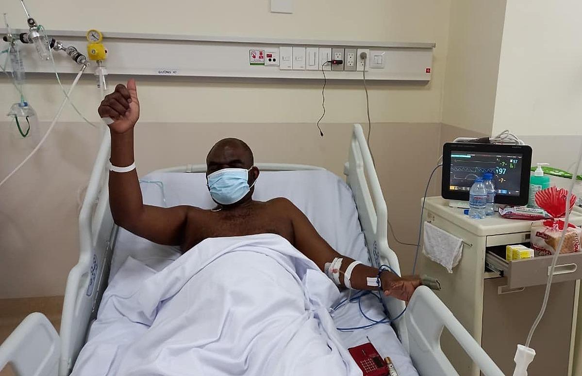 Bệnh nhân người Congo có thể trò chuyện sau gần chục ngày bệnh nặng, chiều 10/9. Ảnh: Bộ Y tế.