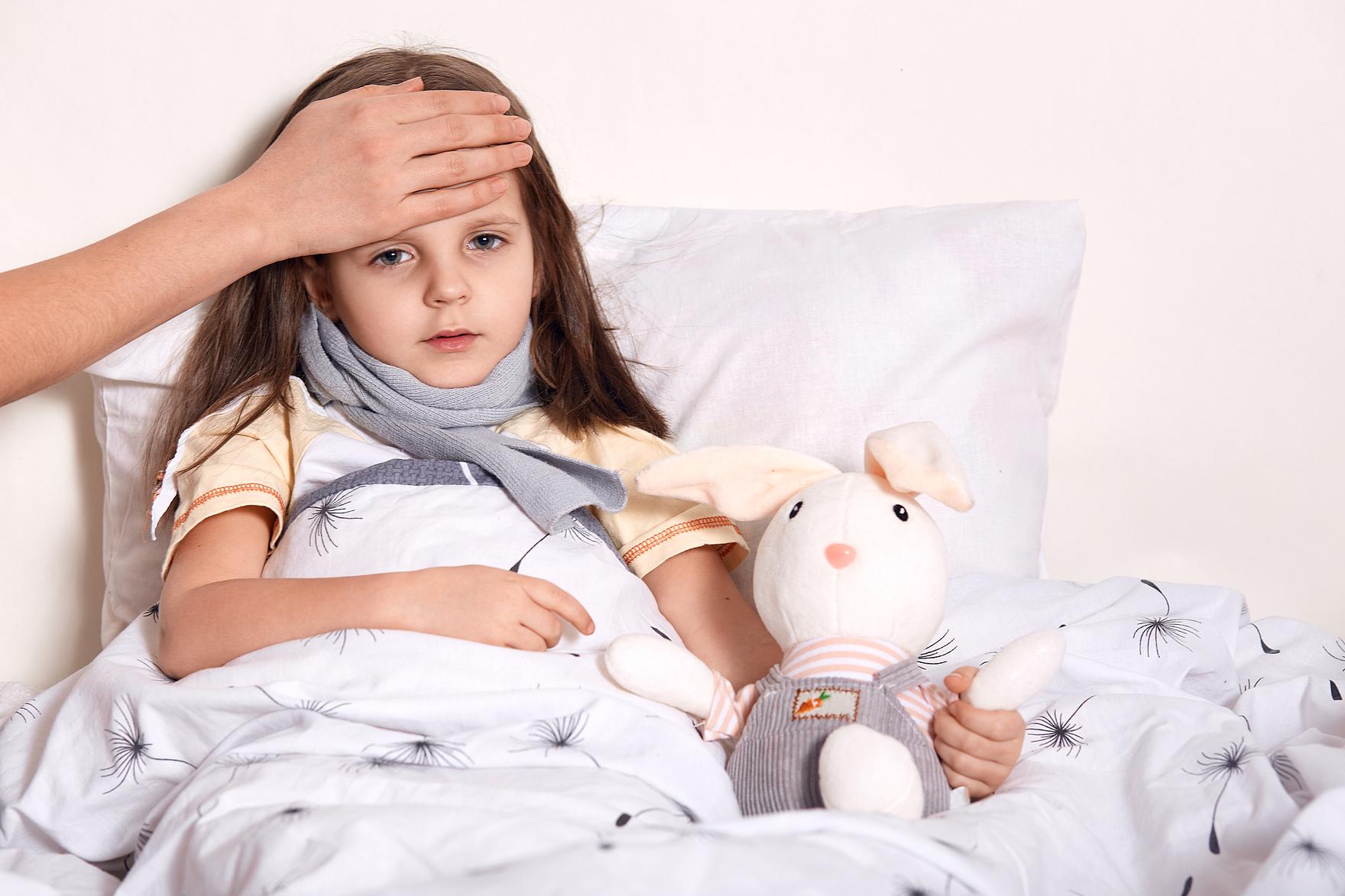 Trẻ có thể bị viêm amidan, ho... do nhiễm trùng hoặc di ứng thời tiết. Ảnh minh họa: Freepik