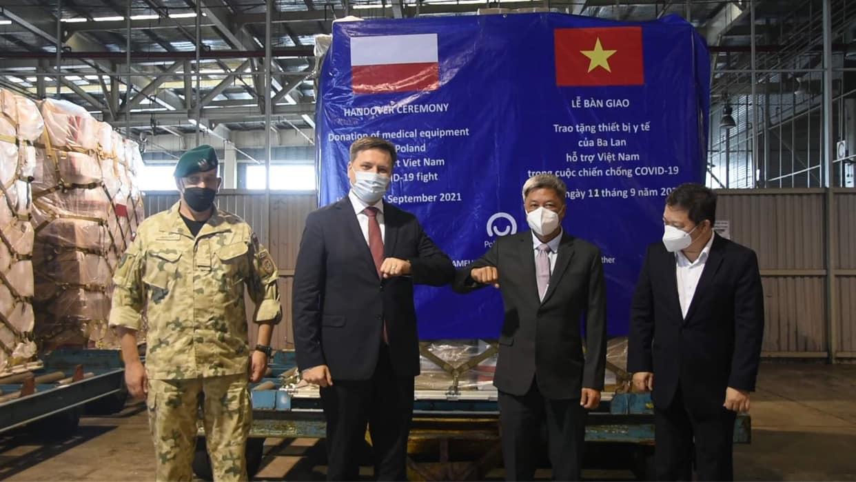 Thứ trưởng Nguyễn Trường Sơn (thứ 2 từ phải) tiếp nhận lô hàng viện trợ, ngày 11/9. Ảnh: Khôi Nguyễn