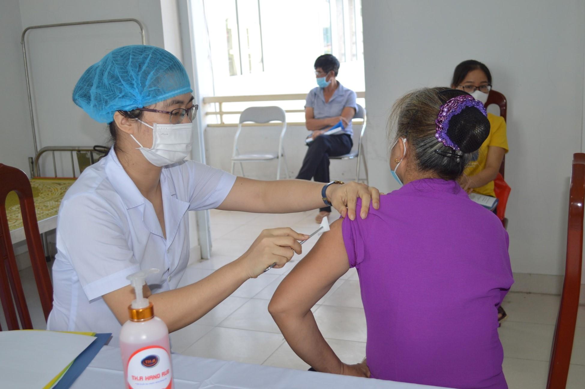 Người tình nguyện tiêm thử nghiệm vaccine Covivac giai đoạn hai tại huyện Vũ Thư, tỉnh Thái Bình, ngày 18/8. Ảnh: CDC Thái Bình