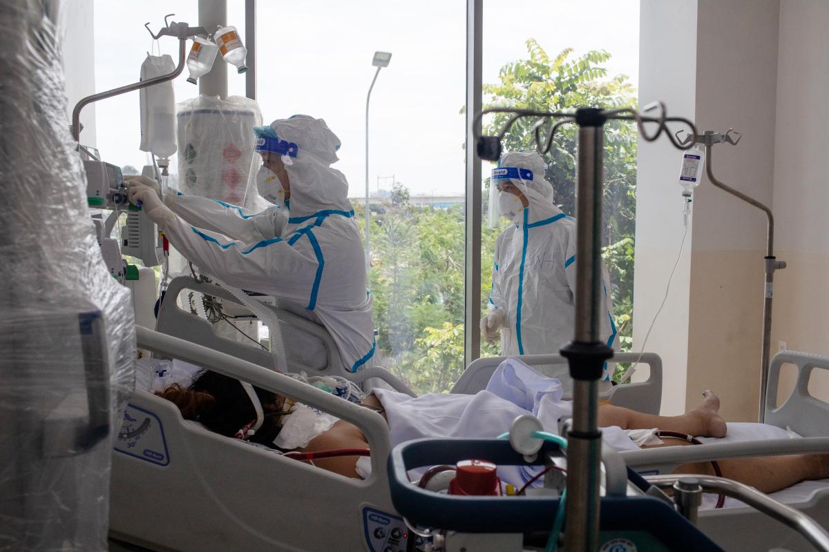 Nhân viên y tế điều trị các bệnh nhân Covid-19 nặng, nguy kịch tại Bệnh viện Hồi sức Covid-19, TP Thủ Đức hồi tháng 7/2021. Ảnh: Thành Nguyễn