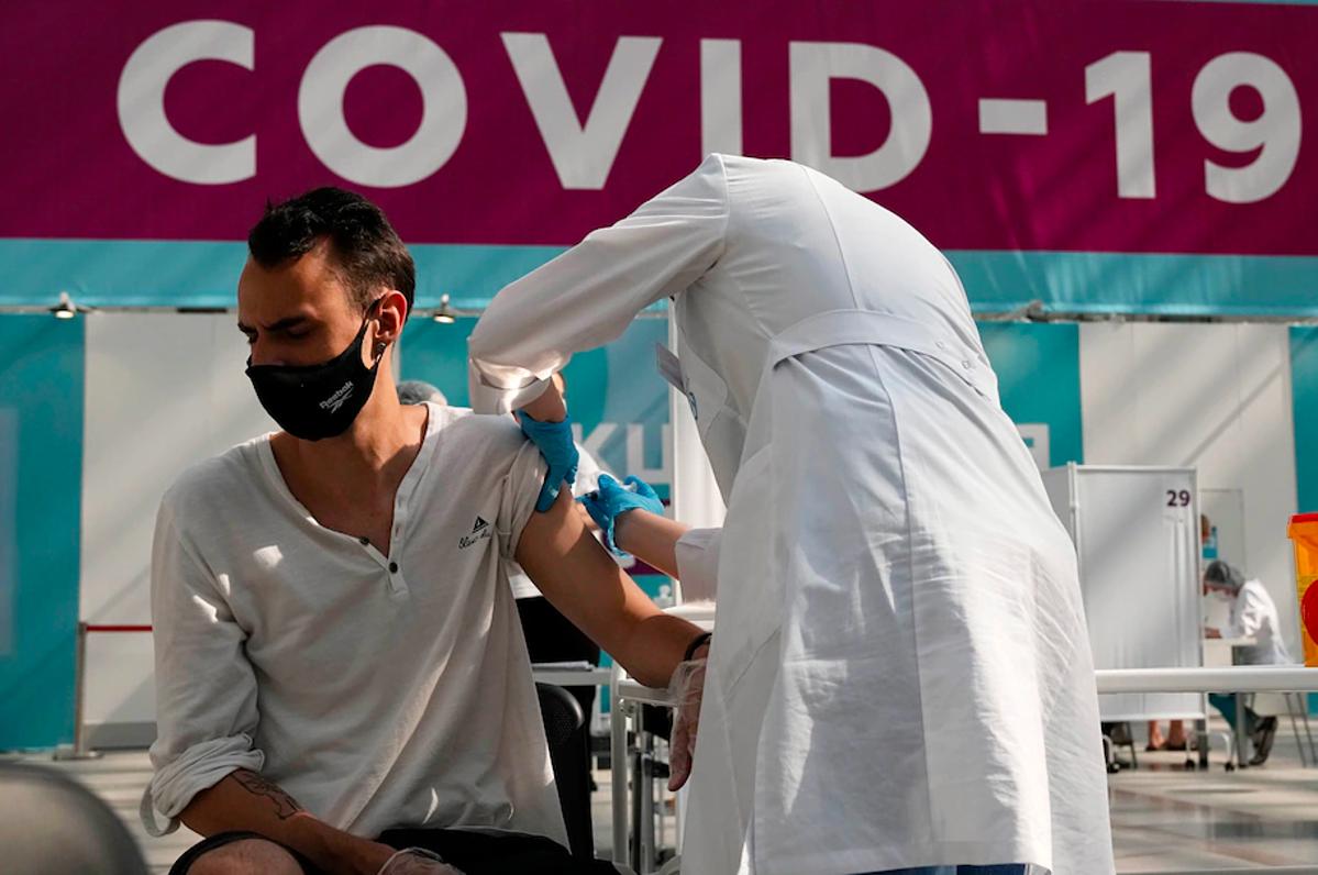 Người dân được tiêm một liều vaccine Sputnik V tại Moskva, tháng 7/2021. Ảnh: AP