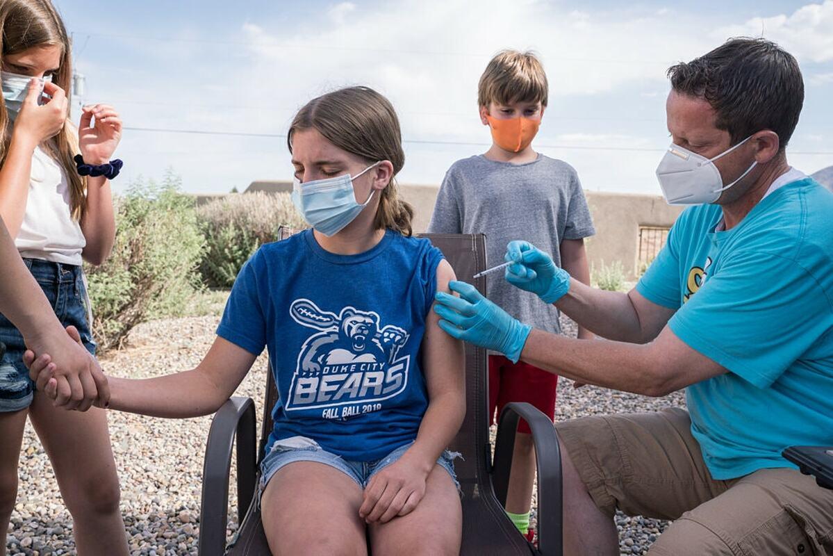 Tacori Taylor, 12 tuổi, tiêm vaccine Covid-19 tại thành phố Albuquerque, Mỹ. Ảnh: NY Times