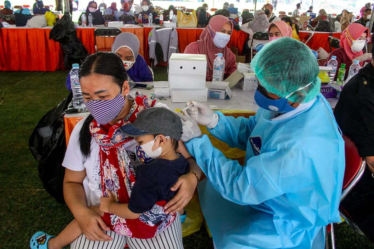 Một phụ nữ được tiêm vaccine Covid-19 tại Surabaya, Indonesia, ngày29/7. Ảnh: Reuters