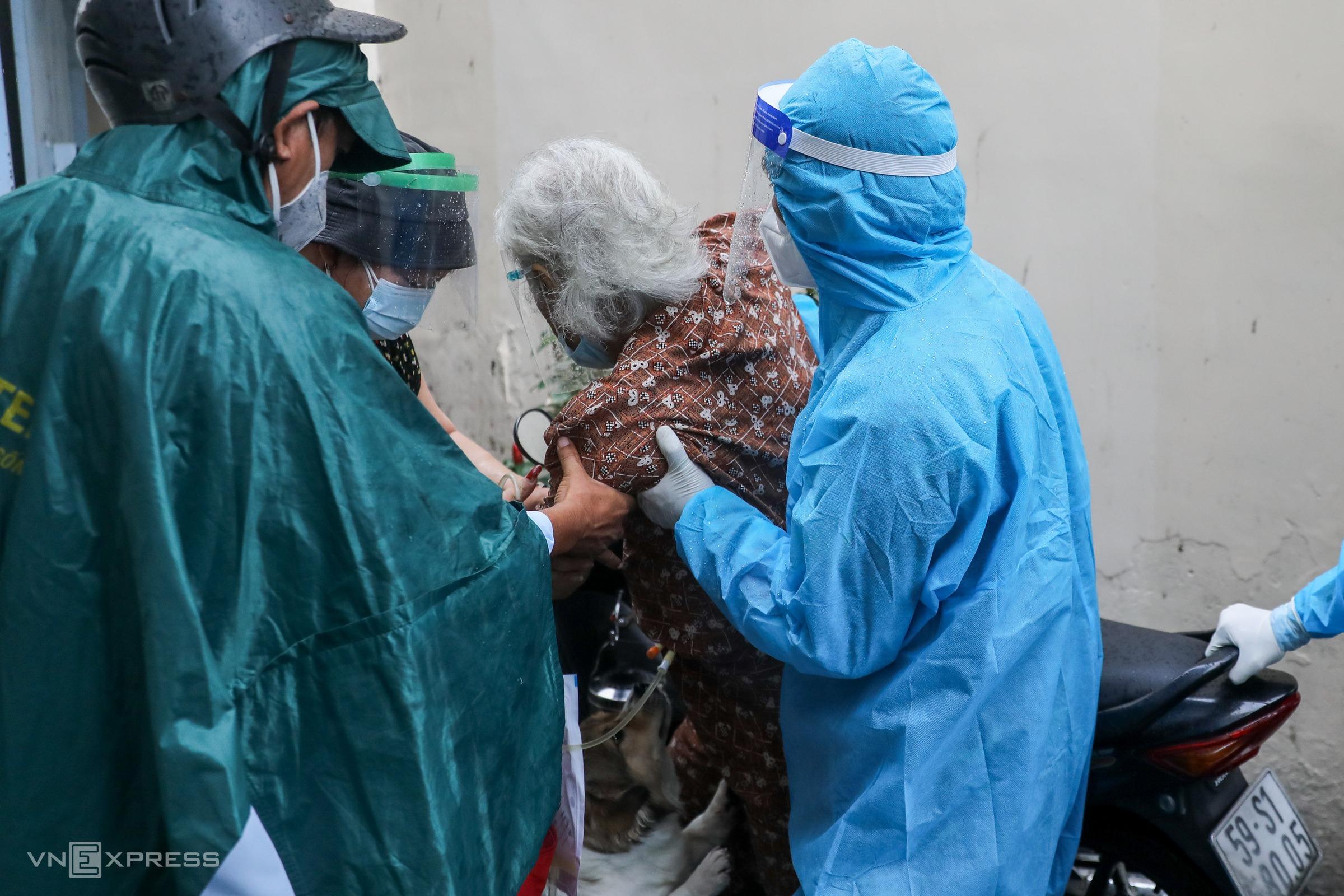 Tổ quân y cơ động của Học viện Quân y hỗ trợ Trạm y tế lưu động phường 11, quận Bình Thạnh,