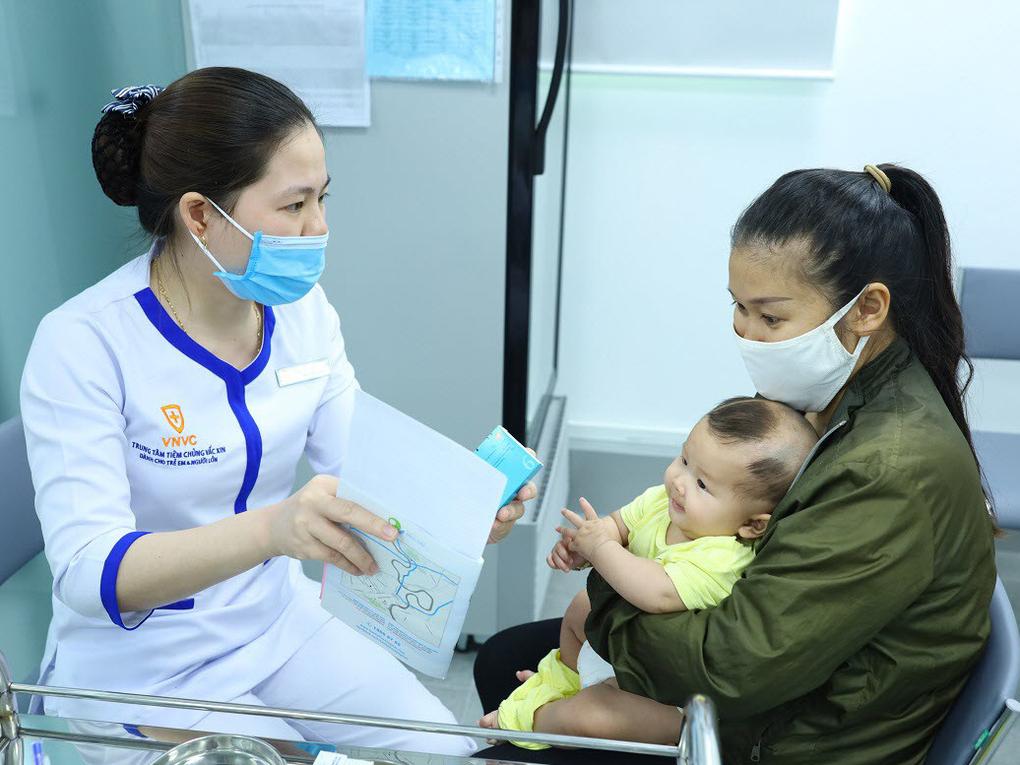 Một bà mẹ đưa con đi tiêm chủng ở VNVC. Hệ thống trung tâm tiêm chủng VNVC có đầy đủ các loại vaccine phòng bệnh bạch hầu và nhiều bệnh khác cho trẻ em, người lớn. Ảnh: VNVC.