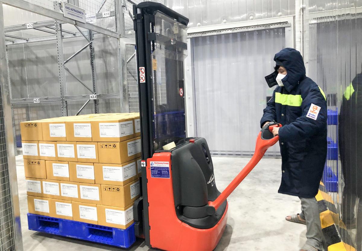 Nhân viên VNVC vận chuyển một lô vaccine AstraZeneca vào kho lạnh hồi đầu tháng 8. Ảnh: Phong Lan.