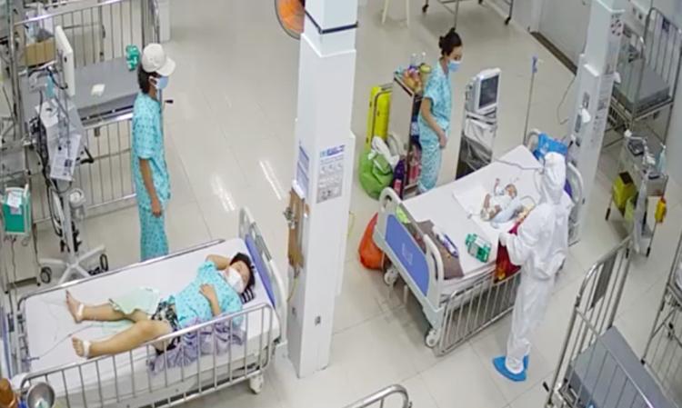 Nhân viên y tế thăm khám và hỗ trợ phụ huynh chăm sóc bệnh nhi mắc Covid-19 có kèm bênh nền tại phòng cấp cứu, Đơn vị điều trị Covid-19 trẻ em tại Bệnh viện Nhi đồng 2. Ảnh: Bệnh viện cung cấp