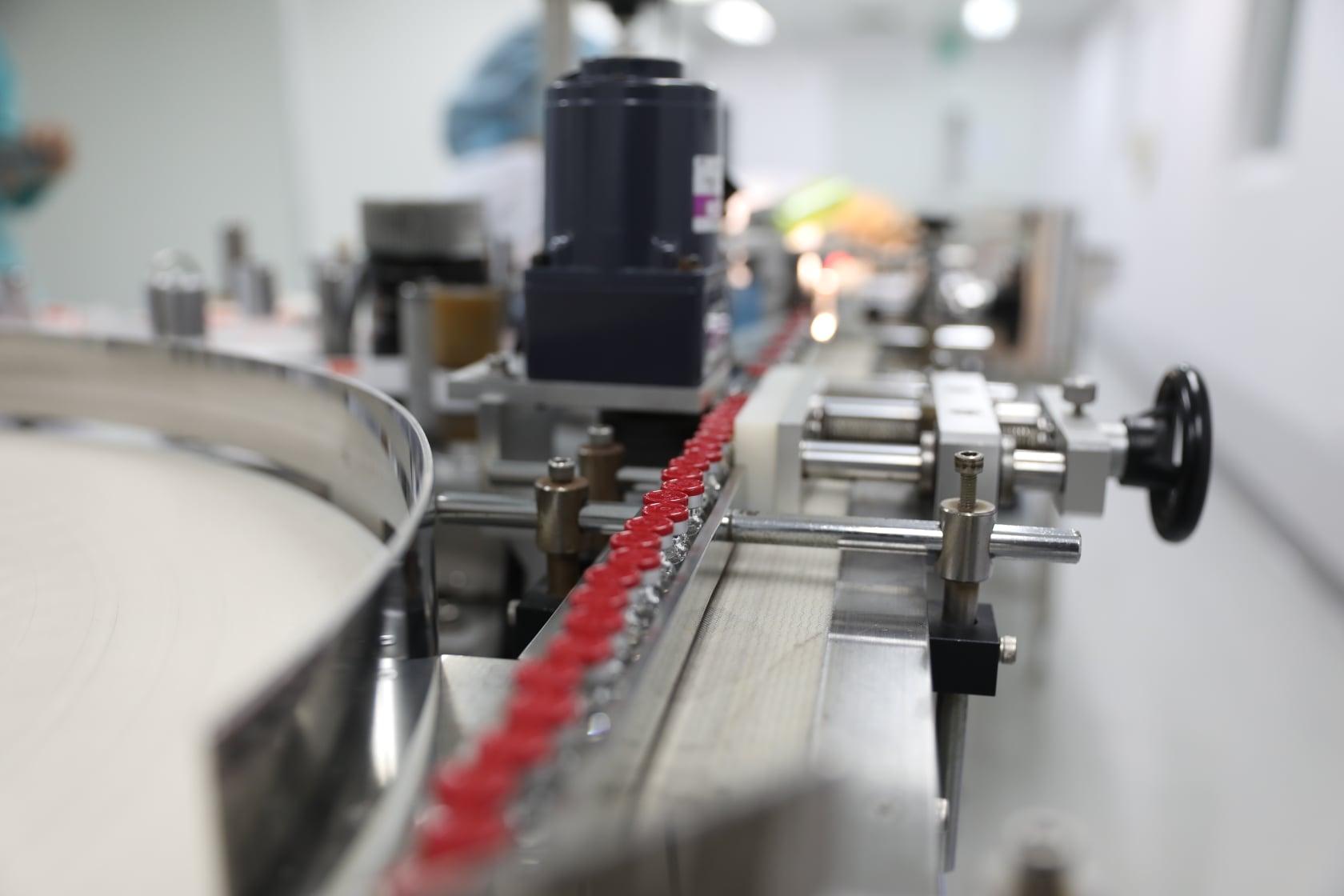 Công đoạn dán nhãn trong dây chuyền đóng ống vaccine tại Vabiotech. Ảnh do công ty cung cấp.