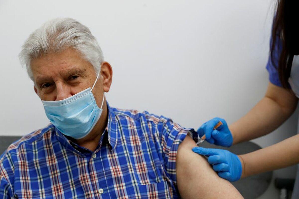 Một người cao tuổi được tiêm vaccine AstraZeneca tại London, Anh, ngày 14/1. Ảnh: Reuters