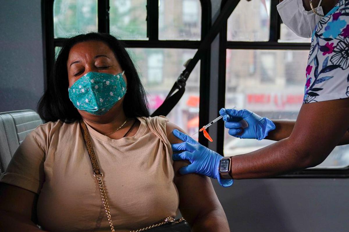 Một người được tiêm vaccine Covid-19 của Pfizer tại điểm tiêm chủng ở thành phố New York, Mỹ, ngày 18/8. Ảnh: Reuters
