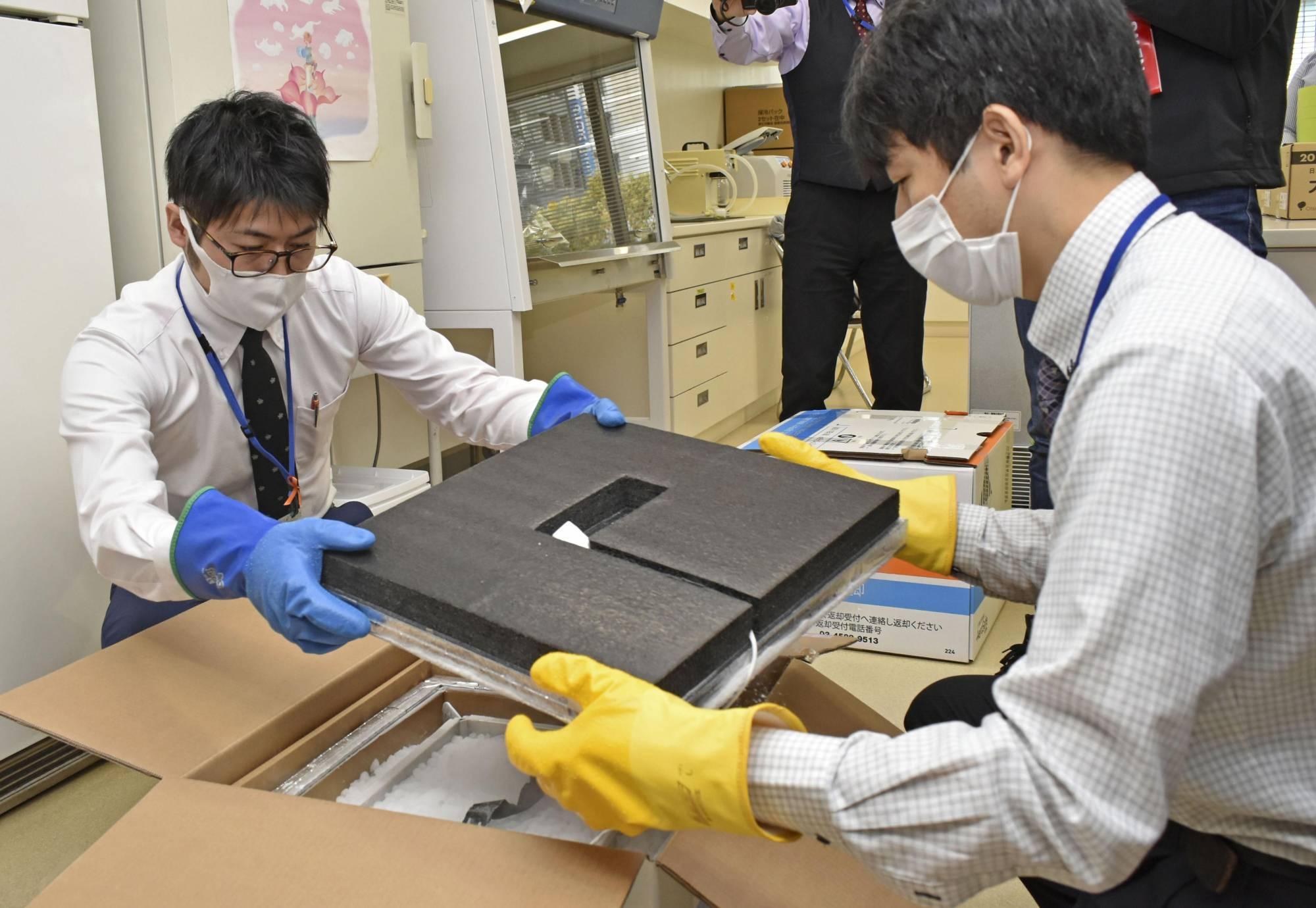 Một hộp vaccine Covid-19 được kiểm tra tại một địa điểm tiêm chủng ở Nagoya (Nhật Bản) ngày 8/4.