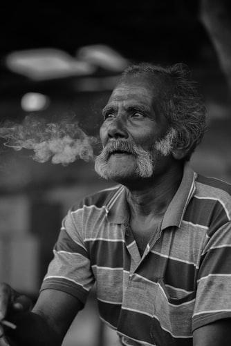 Khói thuốc lá chứa hàng nghìn chất hóa học gây bệnh cho người hút. Ảnh: Unplash.