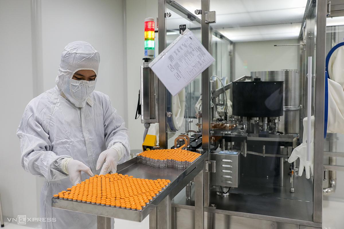 Nhân viên công ty Nanogen làm việc với dây chuyển sản xuất Nanocovax tại nhà máy công ty tại TP HCM. Ảnh: Quỳnh Trần.