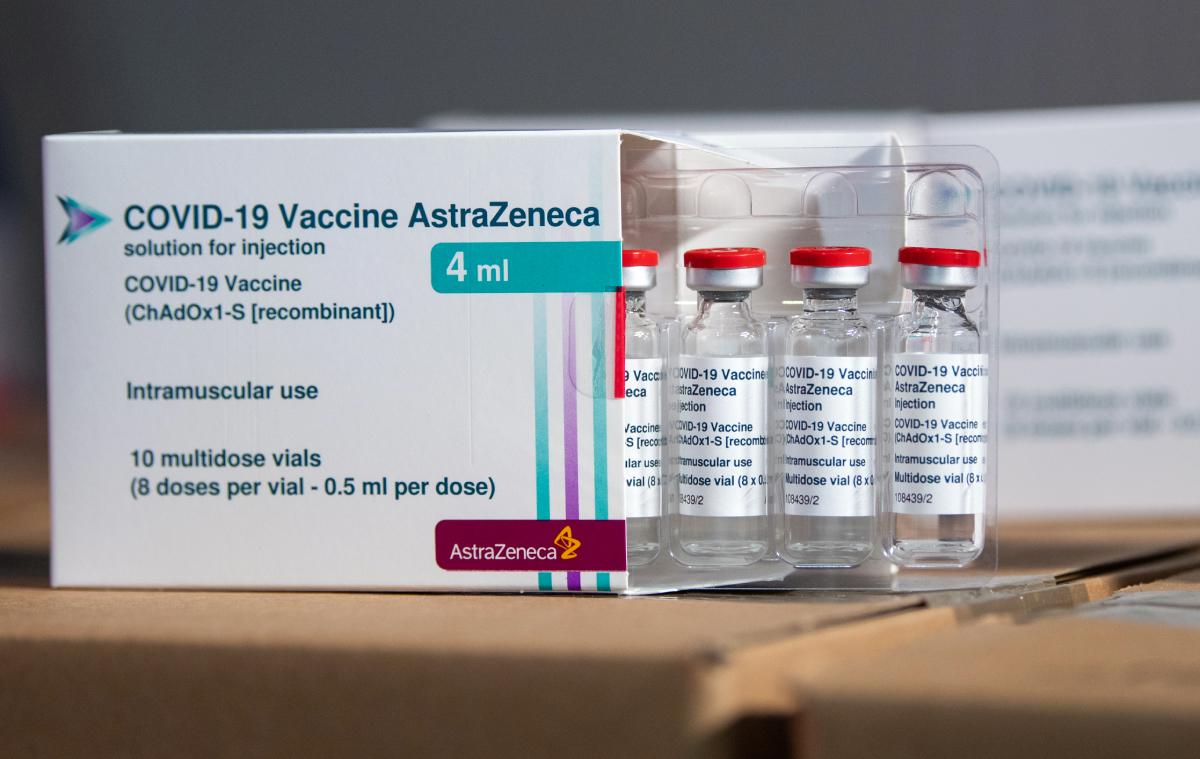 Vaccine Covid-19 của AstraZeneca tên là AZD1222, do AstraZeneca phối hợp với Đại học Oxford nghiên cứu, phát triển.