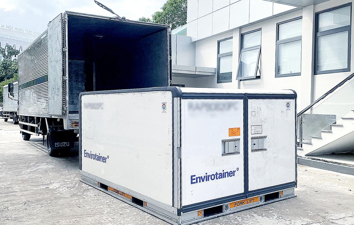 Một lô vaccine AstraZeneca vừa được vận chuyển từ sân bay Tân Sơn Nhất về kho lạnh của VNVC, trước khi chuyển giao cho Bộ Y tế. Ảnh: Phong Lan