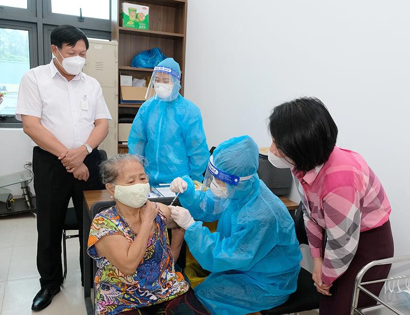 Thứ trưởng Tuyên (áo trắng) kiểm tra công tác tiêm chủng của Hà Nội, ngày 15/9. Ảnh: Trần Minh