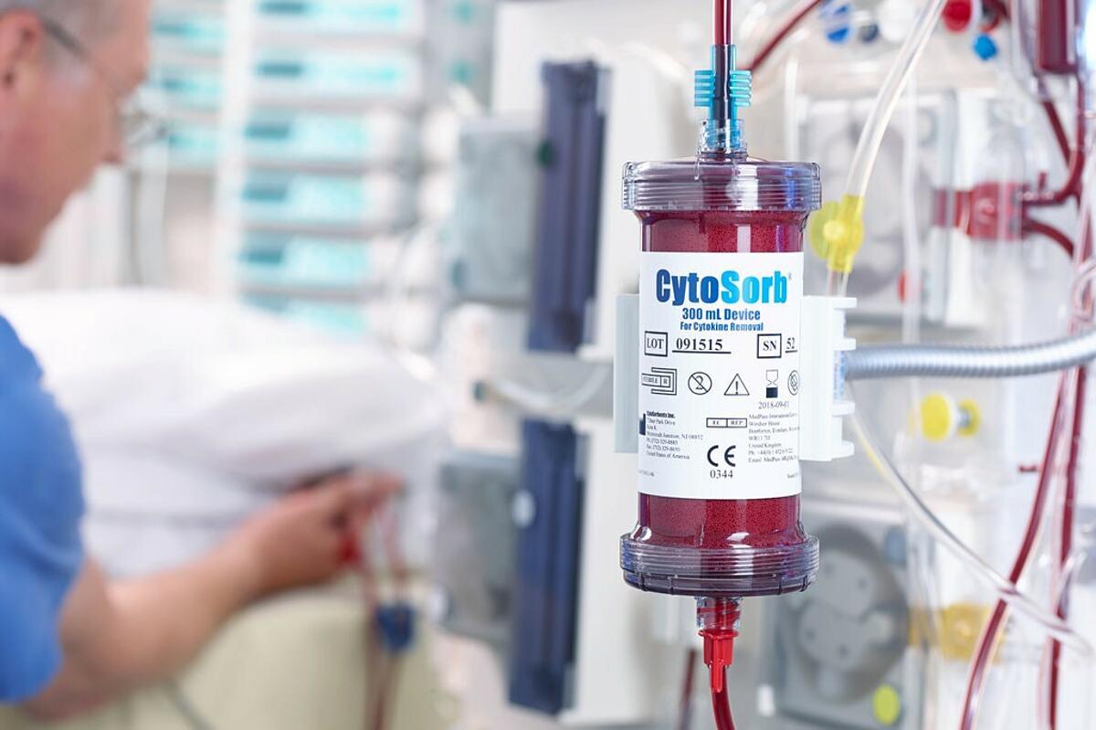 CytoSorb, thiết bị lọc cytokine dư thừa trong máu bệnh nhân. Ảnh: NY Times