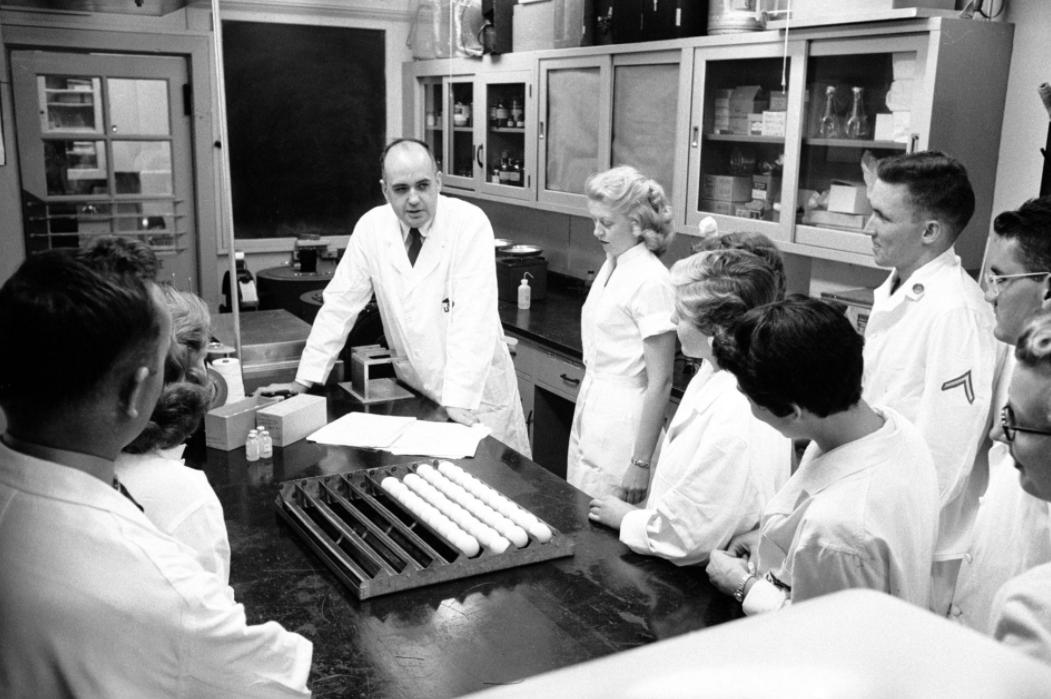 Nhà nghiên cứu Maurice Hilleman cùng các cộng sự vào năm 1957. Ảnh: Ed Clark.