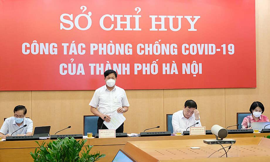 Thứ trưởng Tuyên (đứng) làm việc với UBND TP Hà Nội về công tác phòng chống dịch trên địa bàn, chiều 15/9. Ảnh: Trần Minh