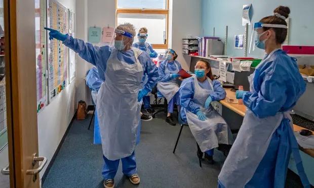 Các y tá đang thảo luận tại một khu điều trị Covid-19 ở Merseyside, Tây Bắc nước Anh. Ảnh: Peter Byrne/PA.