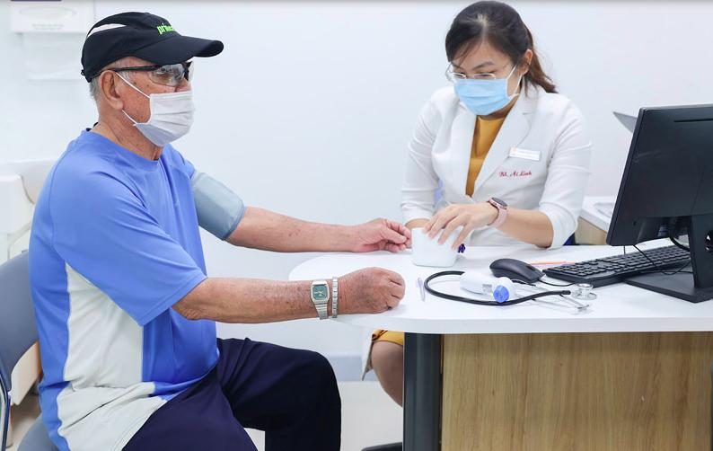 Khách hàng sẽ được khám sàng lọc miễn phí trước khi tiêm chủng tại Trung tâm Tiêm chủng VNVC. Ảnh: VNVC