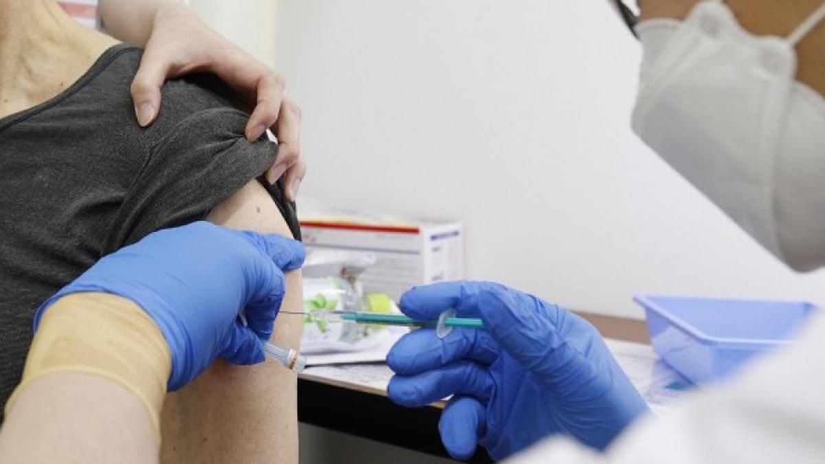 Một người được tiêm vaccine Covid-19 tại trung tâm tiêm chủng ở Kobe, miền tây Nhật Bản, ngày 25/5. Ảnh: Kyodo