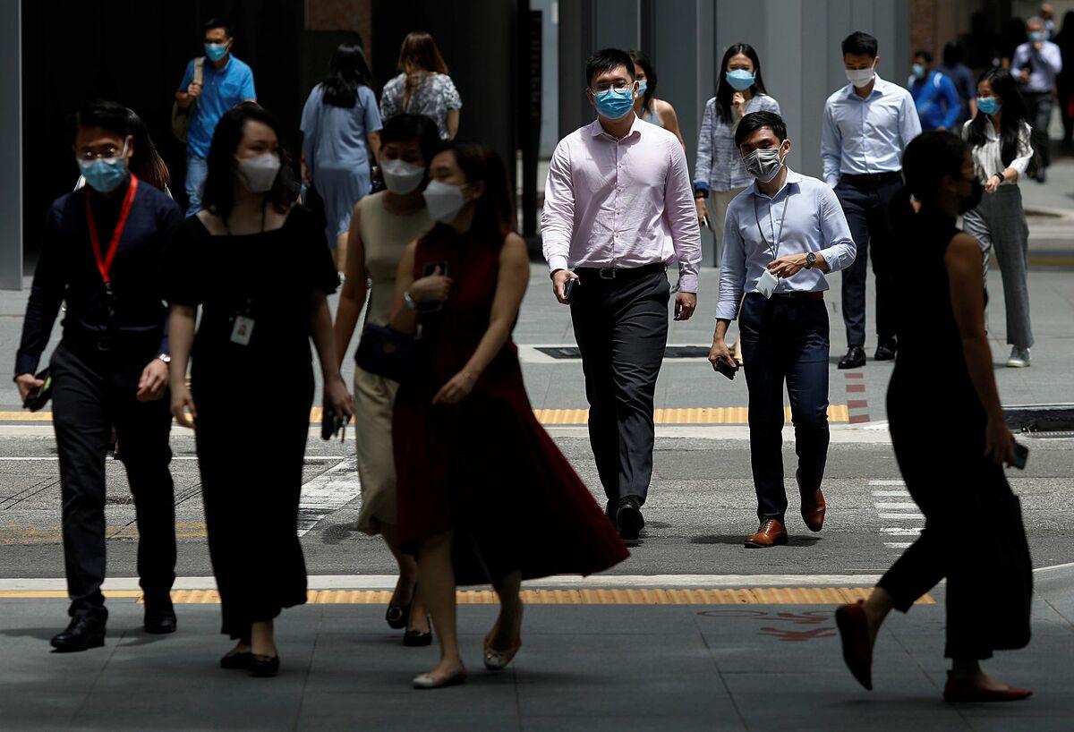 Nhân viên văn phòng trong giờ nghỉ chưa tại khu vực trung tâm của Singapore, ngày 8/9. Ảnh: Reuters