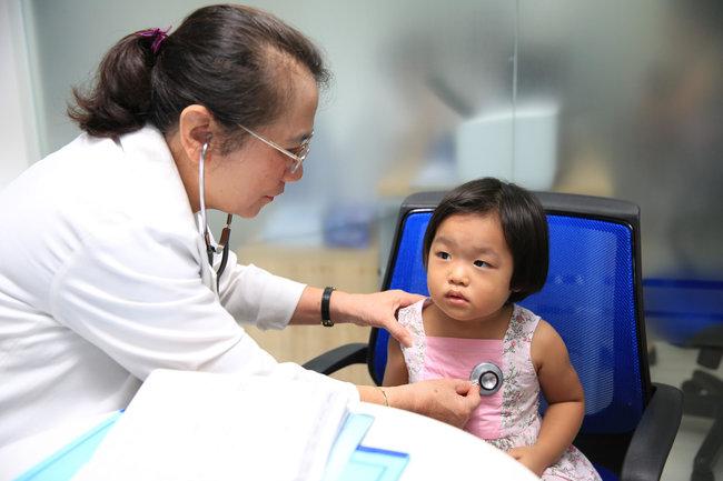 Bác sĩ đang khám cho bé trước khi tiêm chủng tại Trung tâm tiêm chủng VNVC. Ảnh: VNVC
