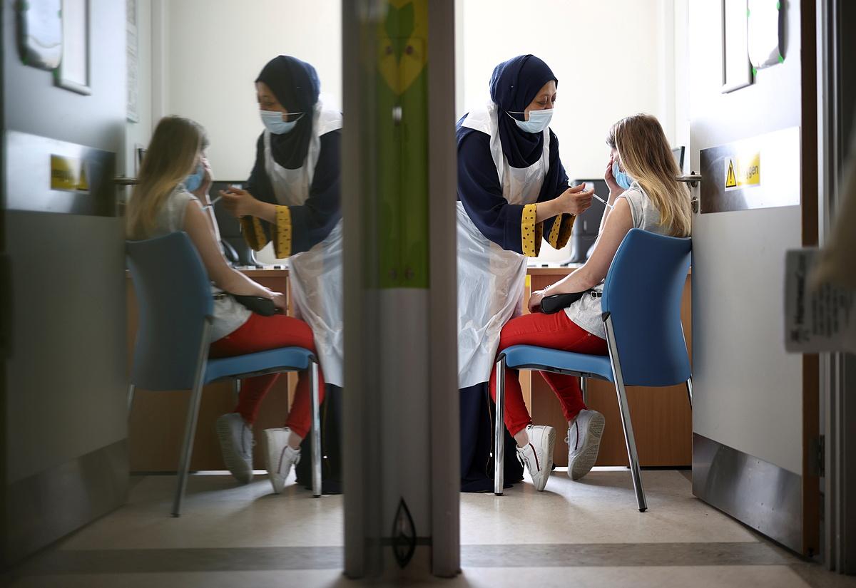 Một người được tiêm vaccine Covid-19 tại Bệnh viện Trung tâm Middlesex, London, ngày 1/8. Ảnh: Reuters