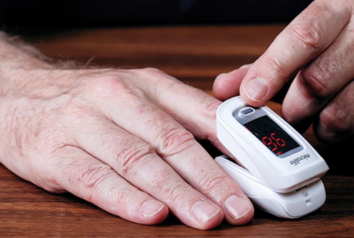 Cách sử dụng máy đo nồng độ oxy trong máu. Ảnh: Meta