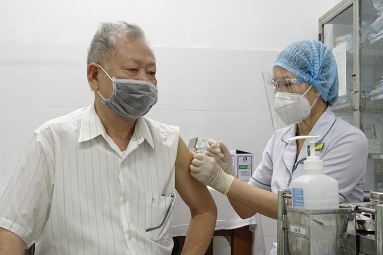 Ông Vũ Xuân Đông, 81 tuổi, ở TP Thủ Đức, tiêm vaccine phòng Covid-19 ngày 22/7. Ảnh: Hà An.