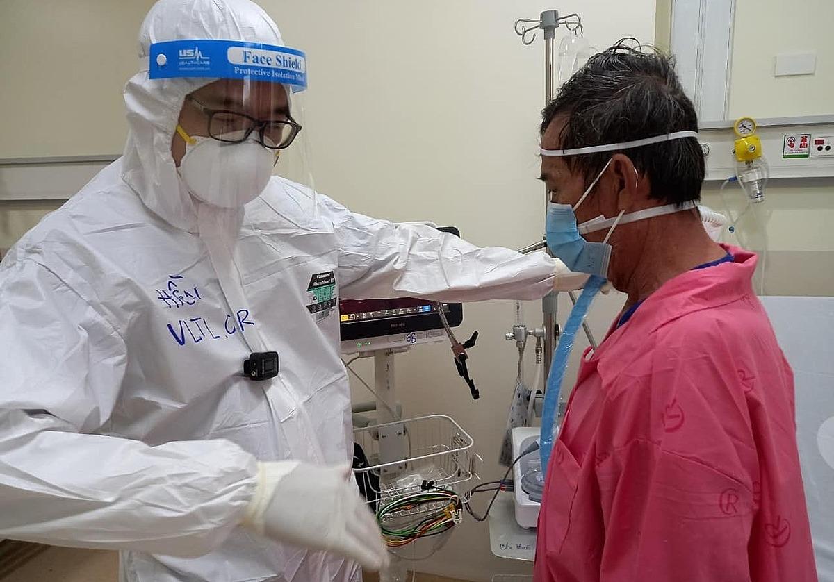 Anh Hiền hướng dẫn bệnh nhân tập thở, khi anh đang là F0, tại Bệnh viện Hồi sức Covid-19. Ảnh: Hà Văn Đạo.