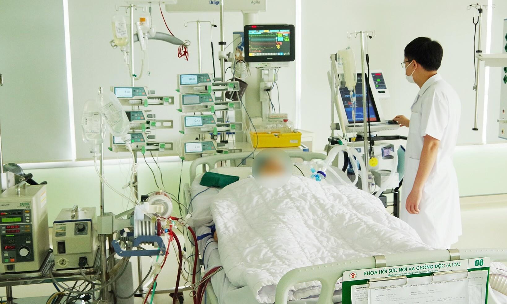 người bệnh được chạy ECMO và điều trị tích cực tại Khoa Hồi sức nội và chống độc.