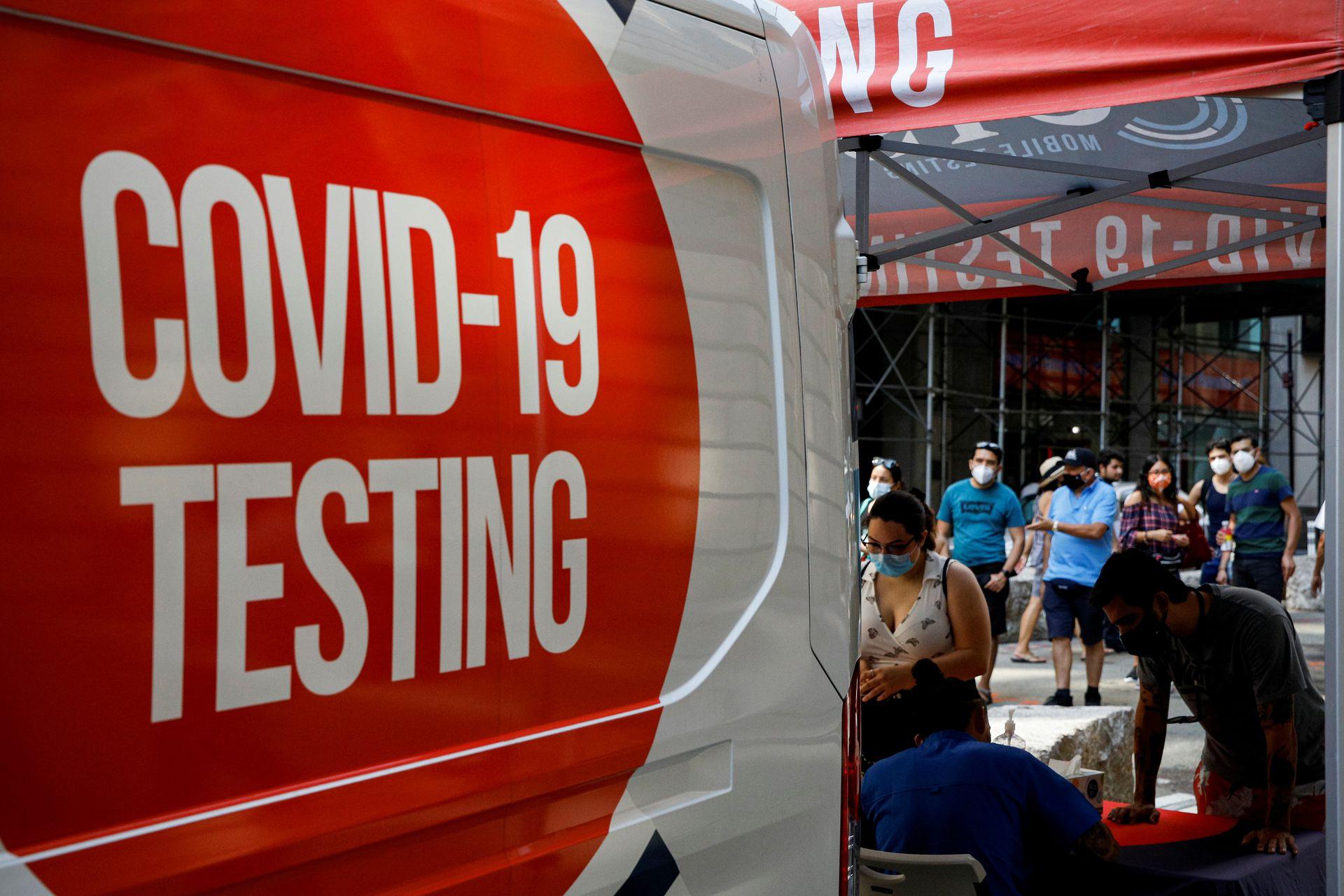 Người dân xếp hàng chuẩn bị lấy mẫu tại một điểm xét nghiệm lưu động ở thành phố New York, 27/8. Ành: Reuters