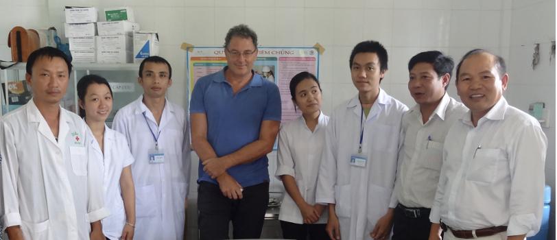 GS Huỳnh Đình Chiến (ngoài cùng bên phải) cùng nhóm nghiên cứu tại Trung tâm y tế huyện Hướng Hóa (Quảng Trị) trong chuyến nghiên cứu khảo sát đầu năm 2019.