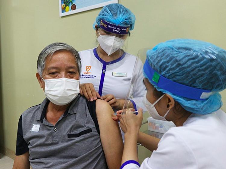 Người lớn đi tiêm chủng cần thông báo cho bác sĩ các vấn đề sức khỏe của mình và phản ứng của cơ thể ở những lần tiêm chủng trước. Ảnh: VNVC