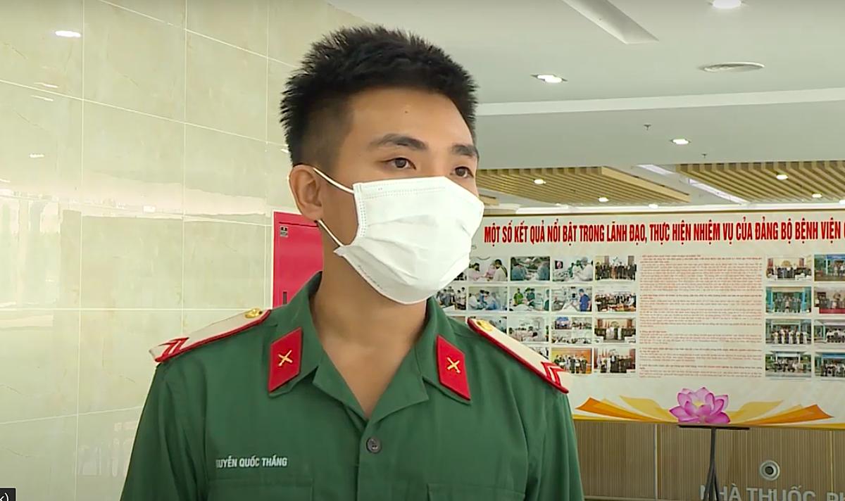 Học viên Nguyễn Quốc Thắng, một trong 20 quân nhân Trường quân sự Quân đoàn 4, từng là F0 khỏi bệnh, đến nhận nhiệm vụ tại Bệnh viện Quân y 175, chiều 16/5. Ảnh: Chính Trần.