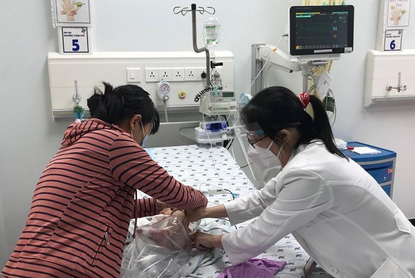 Trẻ sơ sinh sốt xuất huyết tổn thương gan hiếm gặp, diễn tiến nặng, phức tạp cần được điều trị tích cực. Ảnh: bác sĩ cung cấp.
