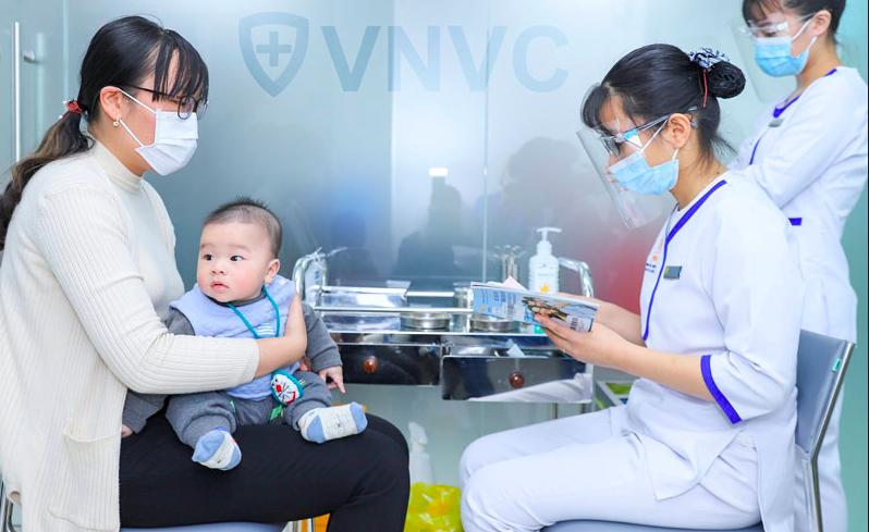 Tất cả mọi người từ 6 tháng tuổi trở lên nên tiêm vaccine cúm hàng năm. Ảnh: VNVC